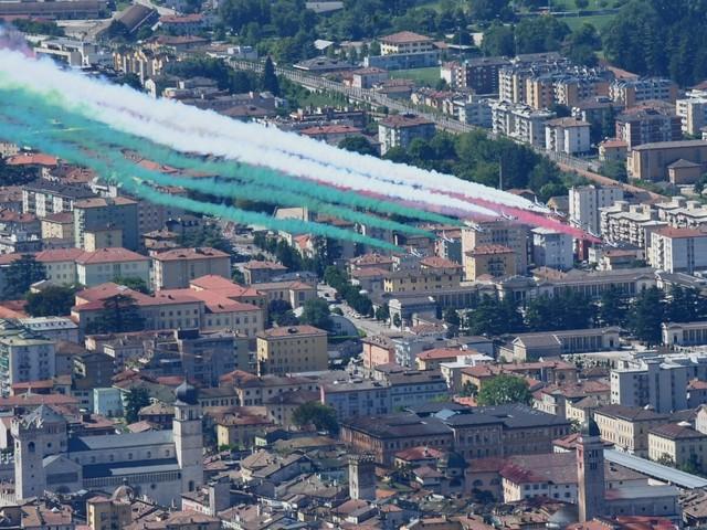 Ecco le Frecce Tricolori sul cielo di Trento Doppio passaggio per la Festa della Repubblica