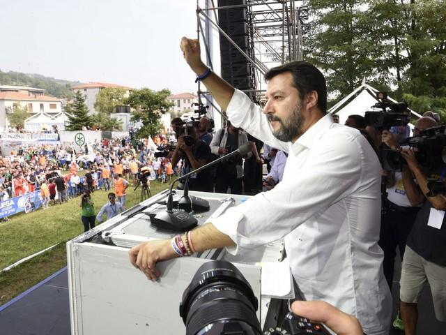 Salvini, nuova polemica: la bimba a Pontida non c'entra con Bibbiano