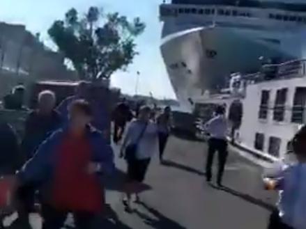 Terrore a Venezia: nave da crociera contro la banchina. Il video