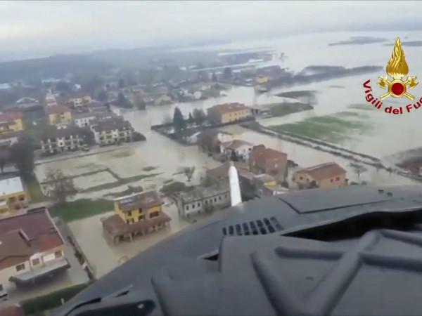 Mille abitanti di Lentigione, in provincia di Reggio Emilia, sono stati evacuati per l'esondazione del fiume Enza