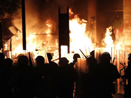 Almeno 160 persone sono state ferite a Beirut, in Libano, negli scontri tra manifestanti e polizia