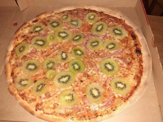 """Arriva la pizza con il kiwi, l'inventore: """"Dall'Italia minacce di morte"""""""