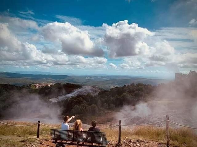 Vacanze italiane, la guida di Legambiente e Touring club promuove la Toscana geotermica