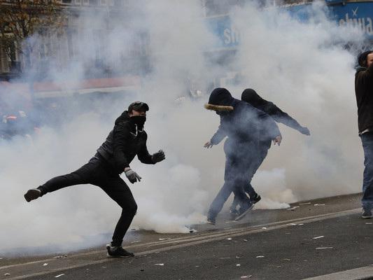 Sciopero paralizza la Francia, scontri a Parigi