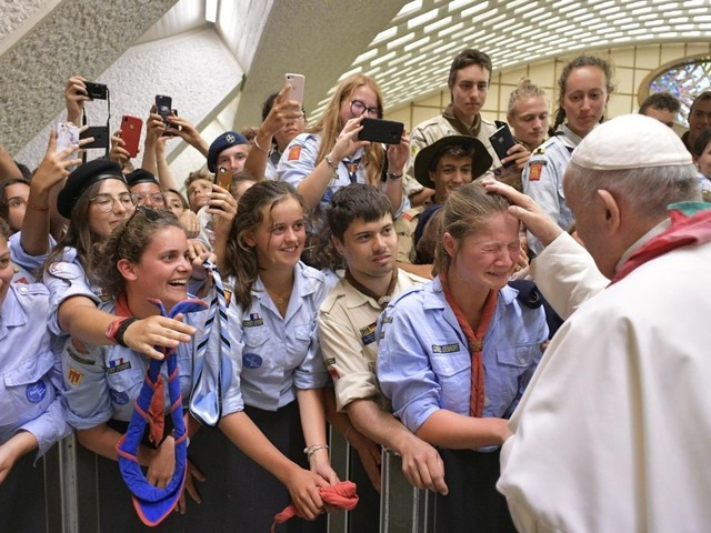 Pope urges French scouts to be dynamic Christians, faithful scouts