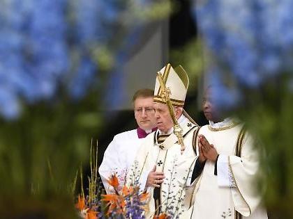 """Vaticano, Papa Francesco travolto dalla valanga: """"Neanche una parola sulle stragi. Invece sui migranti..."""""""