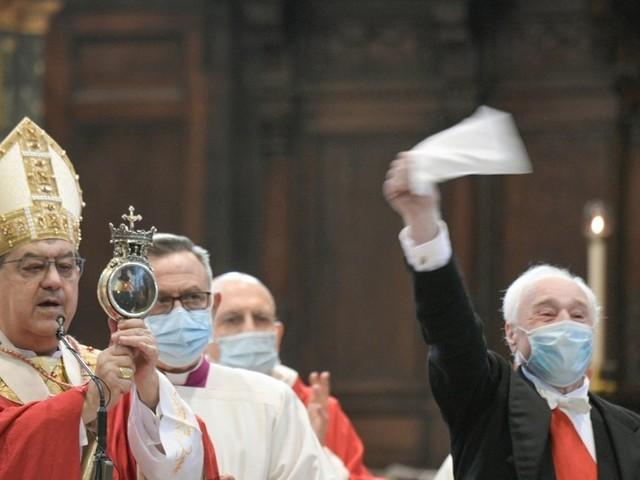 San Gennaro, il miracolo nell'era del Covid: cattedrale semivuota e niente assembramenti, il sangue si scioglie alle 10.02