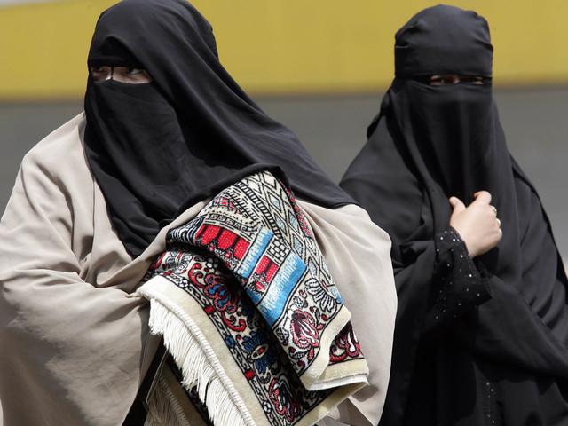 Londra pensa alla legge di 650 anni fa per poter giudicare le mogli dei jihadisti