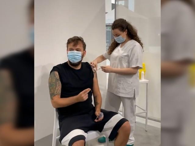 """Cesare Cremonini si vaccina e il personale del centro lo accoglie cantando i suoi brani. L'artista: """"Forza che ne usciamo tutti insieme"""""""