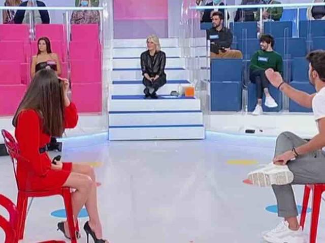 """Uomini e Donne, Davide indeciso tra Chiara e Beatrice: """"avrei voluto scegliere già da una settimana, ma…""""   Video Witty Tv"""