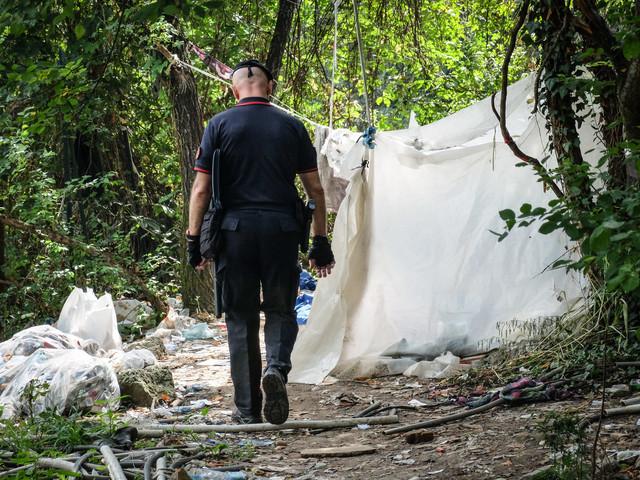 Aggrediti con il machete nel bosco della droga