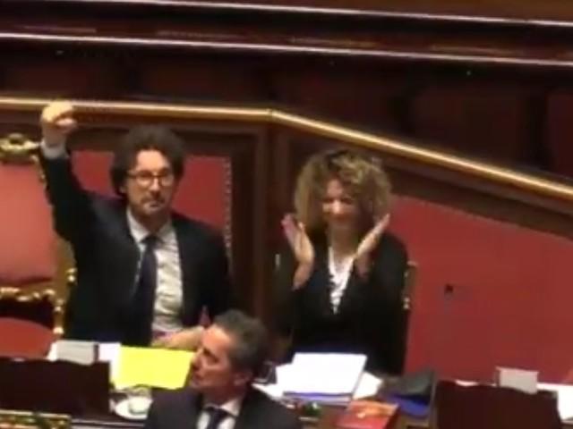 Il decreto Genova è legge. Polemiche per l'esultanza di Toninelli