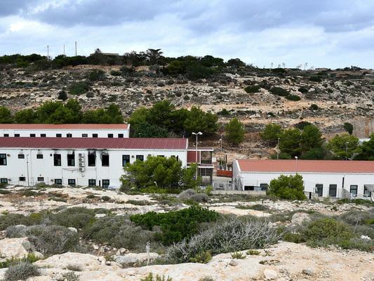 Hotspot di Lampedusa al collasso: i migranti ospitati sono oltre il doppio della capienza