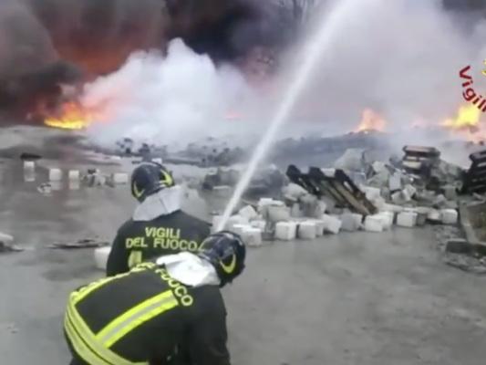 Brucia una fabbrica di batterie, una nube nera incombe su Avellino