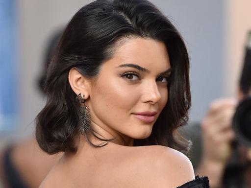 Kendall Jenner mostra il lato b su Instagram: ma c'è chi vede lo zampino di Photoshop