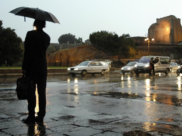 Bomba d'acqua su Roma, metro chiuse e allagamenti
