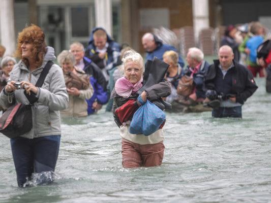 A Venezia l'acqua alta raggiunge i 188 cm, massimo dal 1966