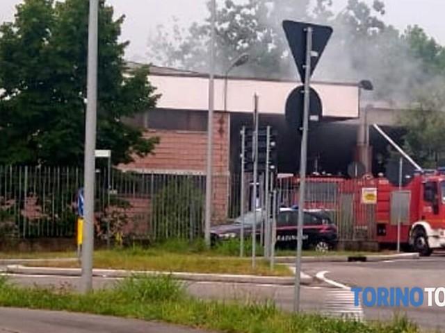 Incendio nel vecchio capannone: bruciano le carte della contabilità
