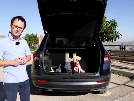 Nel portabagagli c'è un uomo incaprettato: «In Sicilia si fa così». Bufera sulla rivista di auto