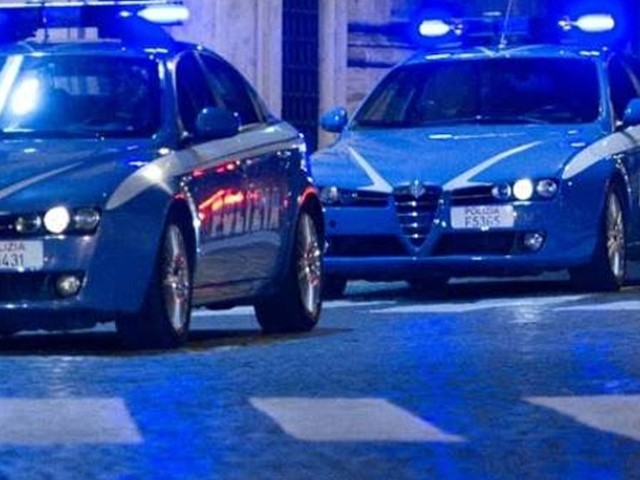 Fermati dalla polizia dopo l'inseguimento a folle velocità: due agenti spintonati e presi a testate