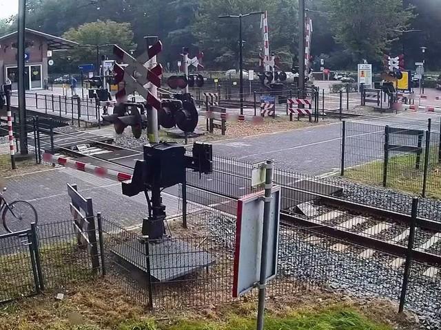 Donna salva per un soffio, attraversa i binari con il treno in arrivo   video