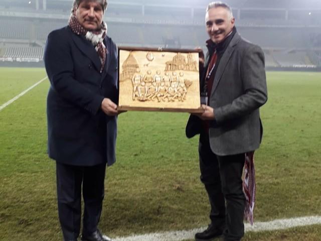 Tarquinia, la scultura in legno di Mario Fabbri alla squadra del Torino calcio