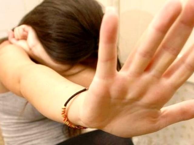 Minaccia e violenta l'ex fidanzata che chiede aiuto alla polizia