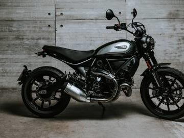 Ducati Scrambler 800 Icon Dark, Scrambler in abito nero