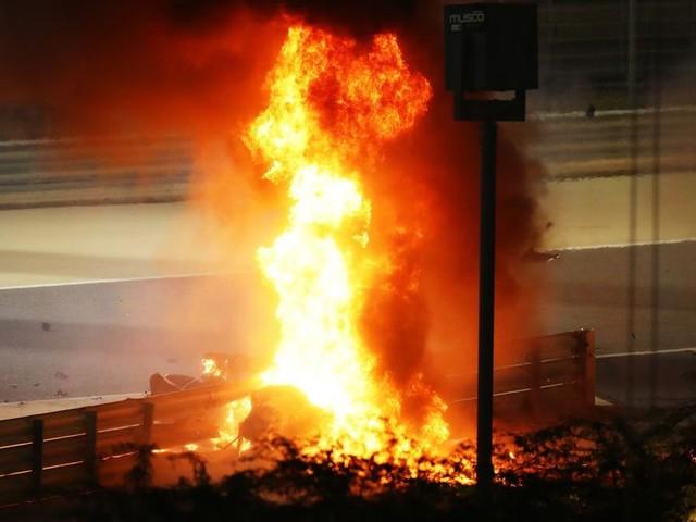 Grosjean, vivo per miracolo: sbatte contro le barriere, la vettura si spezza e va a fuoco