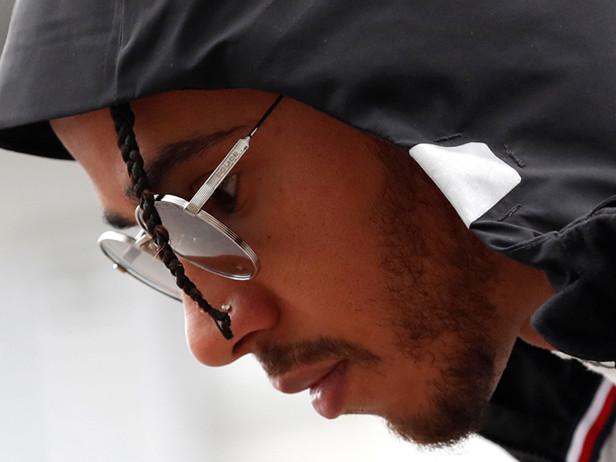 Lewis Hamilton positivo al coronavirus: non correrà in Bahrain. Le news