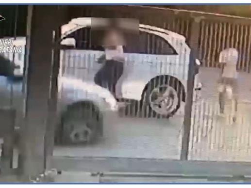In auto tenta travolgere cognato che lo accoltella,2 arresti