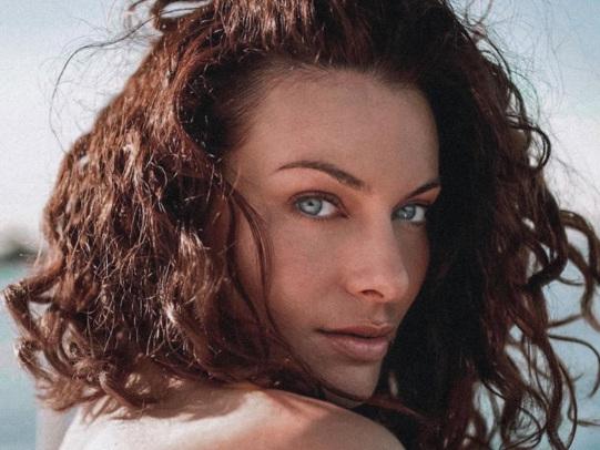 Paola Turani paradisiaca a Polignano, la tutina uno splendore: «La Puglia con 40° di bellezza»