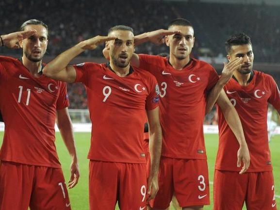 Il razzismo, i saluti militari dei turchi e questo calcio senza coscienza