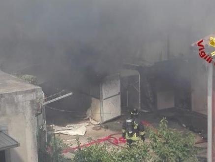 Va a fuoco il capannone di carpenteria in centro Paura per le abitazioni