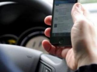 Manovra, salta sospensione patente per cellulare alla guida