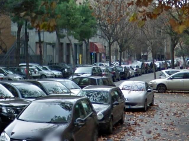 Via Gramsci, parcheggiatore abusivo 72enne reagisce e manda due vigili all'ospedale