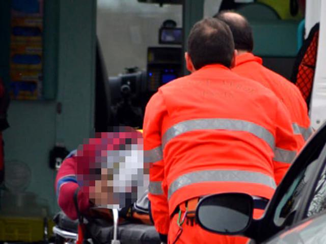 Auto sbanda e si schianta: ragazza in ospedale, traffico paralizzato