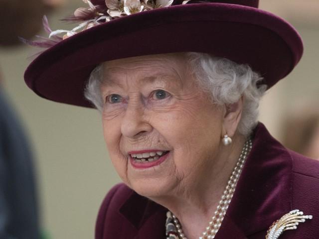 Un valletto della regina Elisabetta è positivo al virus. Paura per la sovrana