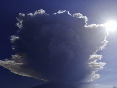 Riparte l'Etna: vasta nube dal vulcano, è allarme cenere su Giarre e Zafferana