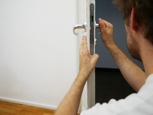 Trucco per riparare il cigolio delle porte