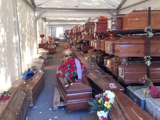 """Palermo, cimiteri pieni: 700 bare """"parcheggiate"""" in una tensostruttura"""