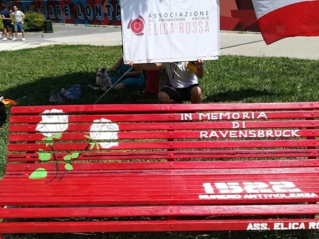 Milano, la panchina rossa per le donne deportate ripulita dopo lo sfregio dei vandali