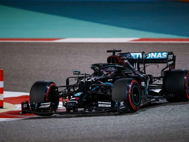 Hamilton in pole nel Gp del Bahrain, sesta fila per le Ferrari