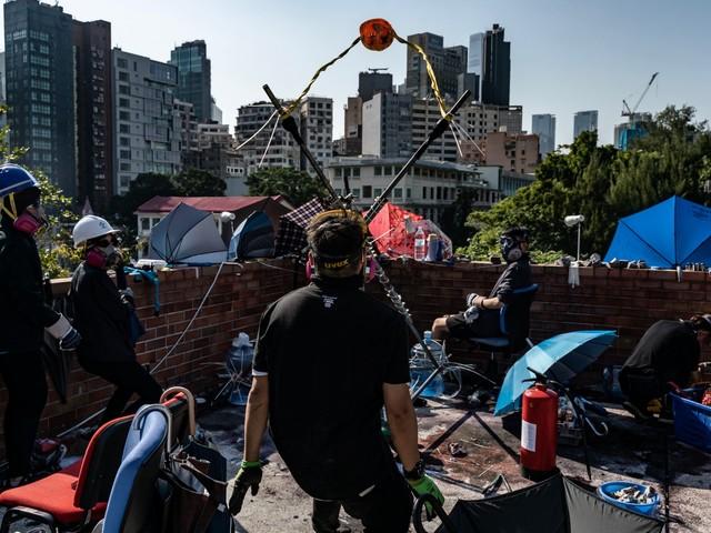 Hong Kong, frecce e catapulte Xi pensa di vietare le elezioni