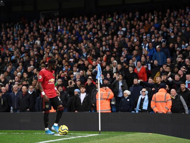 Derby di Manchester, un tifoso del City mima il gesto della scimmia contro Fred