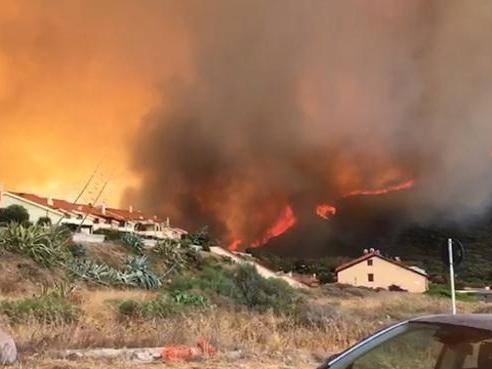 Incendi nell'Oristanese, fiamme alte e gente in strada a Porto Alabe