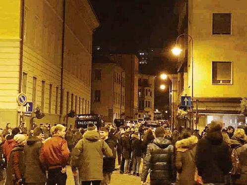 «Scaletta» chiusa alle 22.30 Ma il via vai in strada non si ferma
