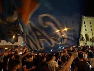 Il Napoli espugna lo Stadium, -1 dalla Juve: in 15 mila accolgono la squadraUna giornata di riposo Poi si riprende il cammino. Il Napoli cerca di recuperare le forze, mentre l'eco dei festeggiamenti in città tarda a spegnersi. I tifosi azzurri, dopo esser
