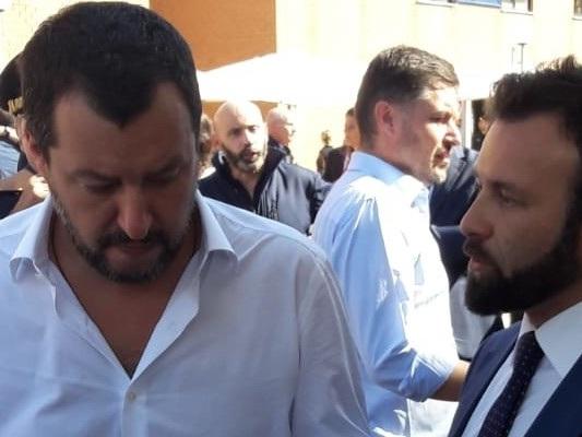 """""""Perché Facebook non ha potuto rimuovere il post di Morisi con Salvini e il mitra"""""""
