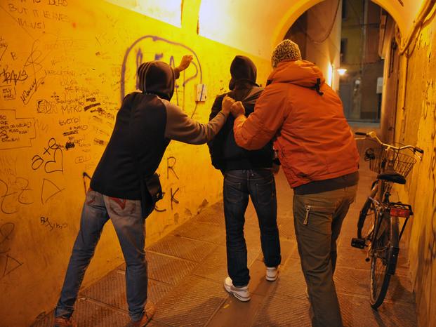 Ragazzini a Foggia aggrediscono passanti